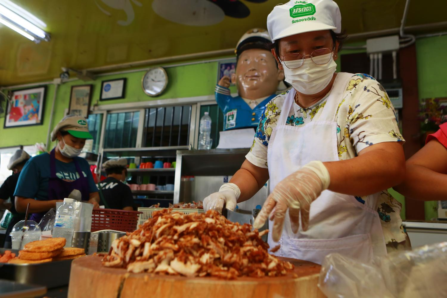 Jeh Jong, the owner of a well-known fried pork shop in Klong Toey, prepares meals for doctors and medical personnel to ensure their stomachs are full as they work hard to combat the Covid-19 virus. (Photo by Somchai Poomlard)