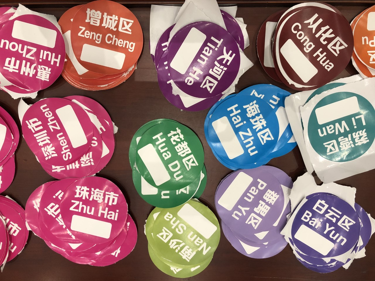 Guangzhou airport sorting stickers. Passengers are given destination labels to stick on their clothes. (Reporting Asean)