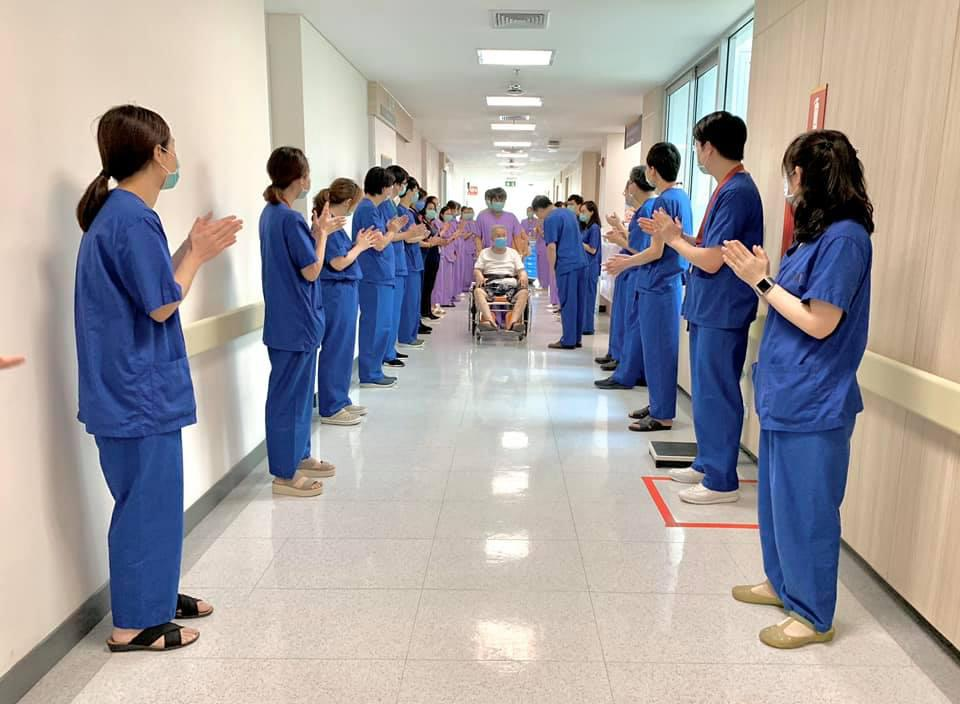 Hospital staff see off a patient discharged from Chakri Naruebodindra Medical Institute after treatment which lasted a month. (Chakri Naruebodindra Medical Institute Facebook page)