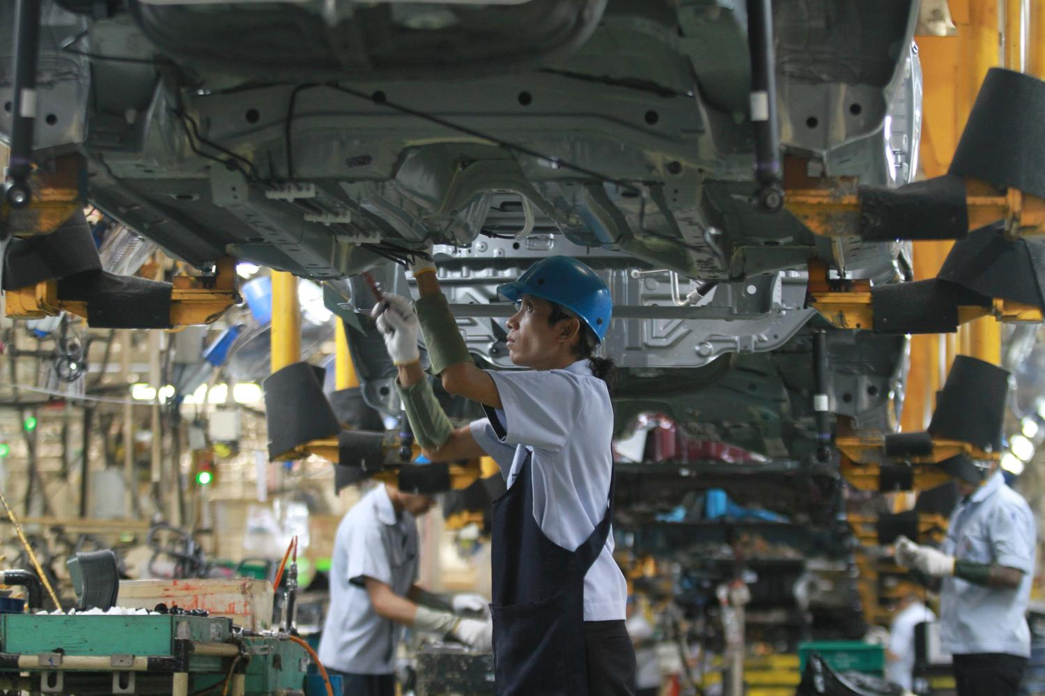 Workers assemble a car at a Mitsubishi plant in Laem Chabang Industrial Estate in Chon Buri. (Photo by Somchai Poomlard)