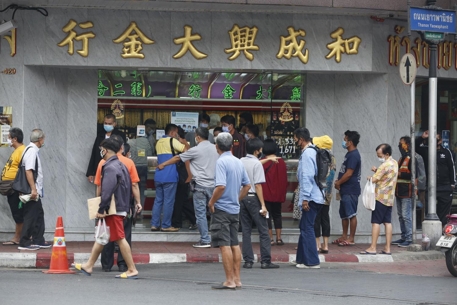 A long queue forms in front of the gold shops situated on Yaowarat Road, Chinatown on Wednesday.(Photo by Pornprom Satrabhaya)