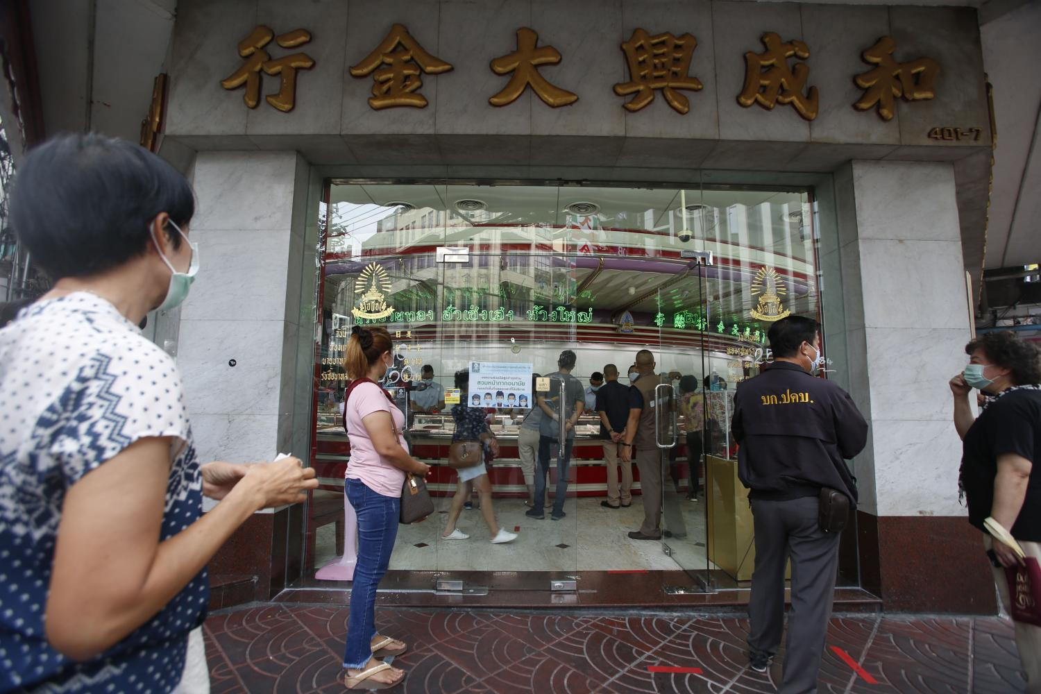 People queue in front of a gold shop in Chinatown waiting for their turn to sell gold accessories last week to help ease economic hardship.Pornprom Satrabhaya