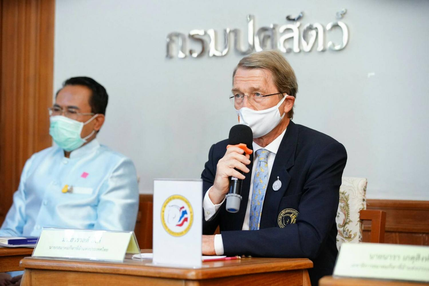 Harald Link, chairman of B.Grimm and president of the Thailand Equestrian Federation, and Sorravis Thaneto, director-general of the Department of Livestock Development, host a press conference about the African Horse Sickness (AHS) outbreak on Tuesday.Photo by The Department of Livestock Development
