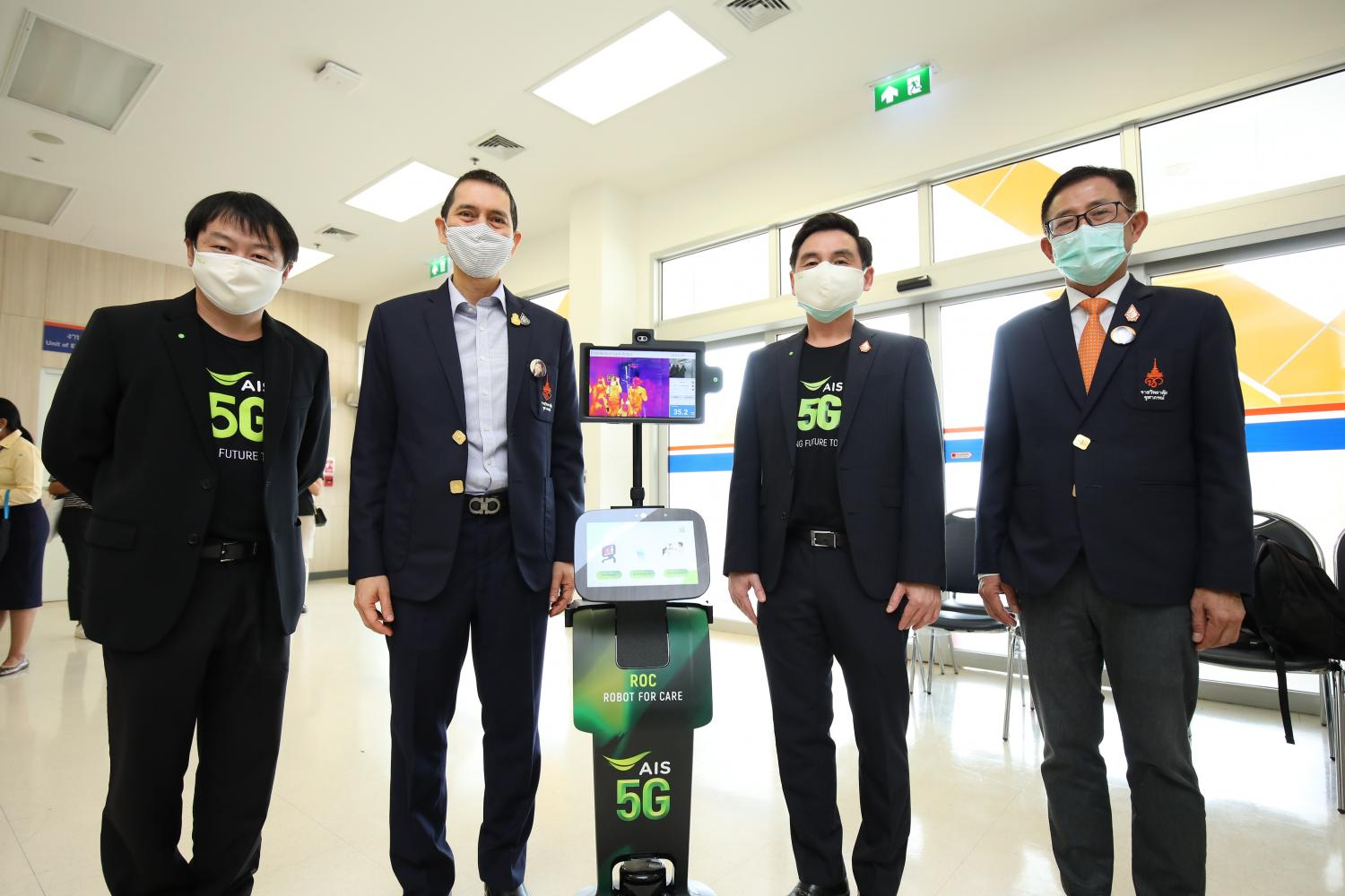 Mr Somchai, second right, presents 5G technologies and telemedicine solutions to coronavirus patients at Chulabhorn Chalermprakiet Medical Centre.
