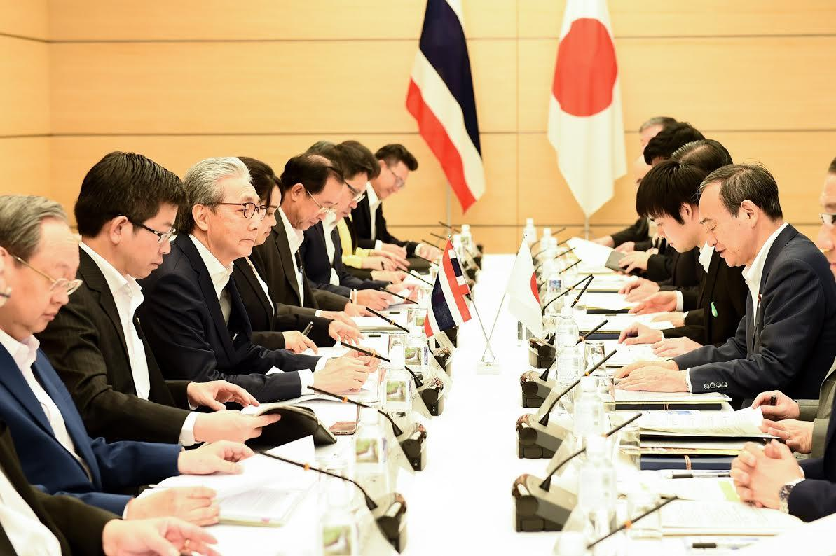 Deputy Prime Minister Somkid Jatusripitak leads high-ranking Thai officials at a meeting with Japanese counterparts led by Chief Cabinet Secretary Yoshihide Suga in Tokyo in 2018. (Photo courtesy of Government House)