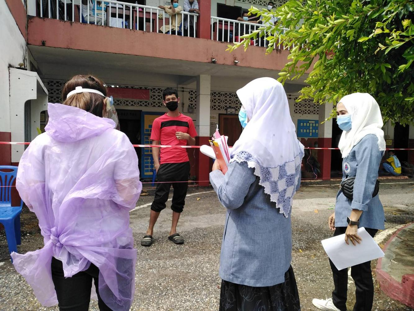 Healthcare workers drop by for a regular check on the health of a quarantined individual at Darunsart Witthaya School in Sai Buri district of Pattani.(Photo by Abdulloh Benjakat)