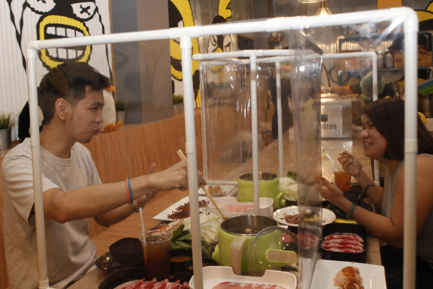 The Penguin Eat Shabu restaurant in Saphan Khwai area test-runs its safety system after installing dividers to separate customers.