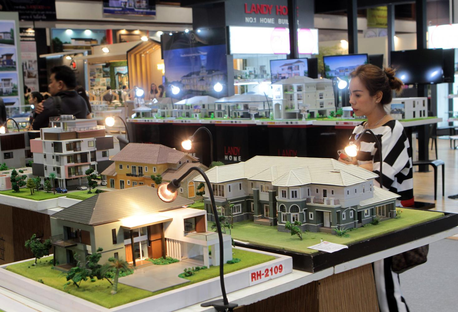 Luxury home models at a housing fair. Under the new land and buildings tax, properties used as primary residences with appraisal prices beyond 50 million baht are subject to taxation. (Photo by Tawatchai Kemgumnerd)