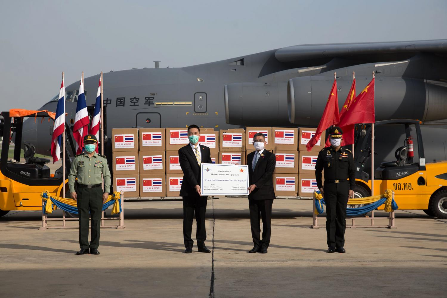 Yang Xin, Chargé D'affaires at the Chinese embassy, centre left, and Deputy Defence Minister Chaichan Changmongkol, centre right, at a ceremony to take delivery of the medical supplies. Photo courtesy of the Public Relations Department