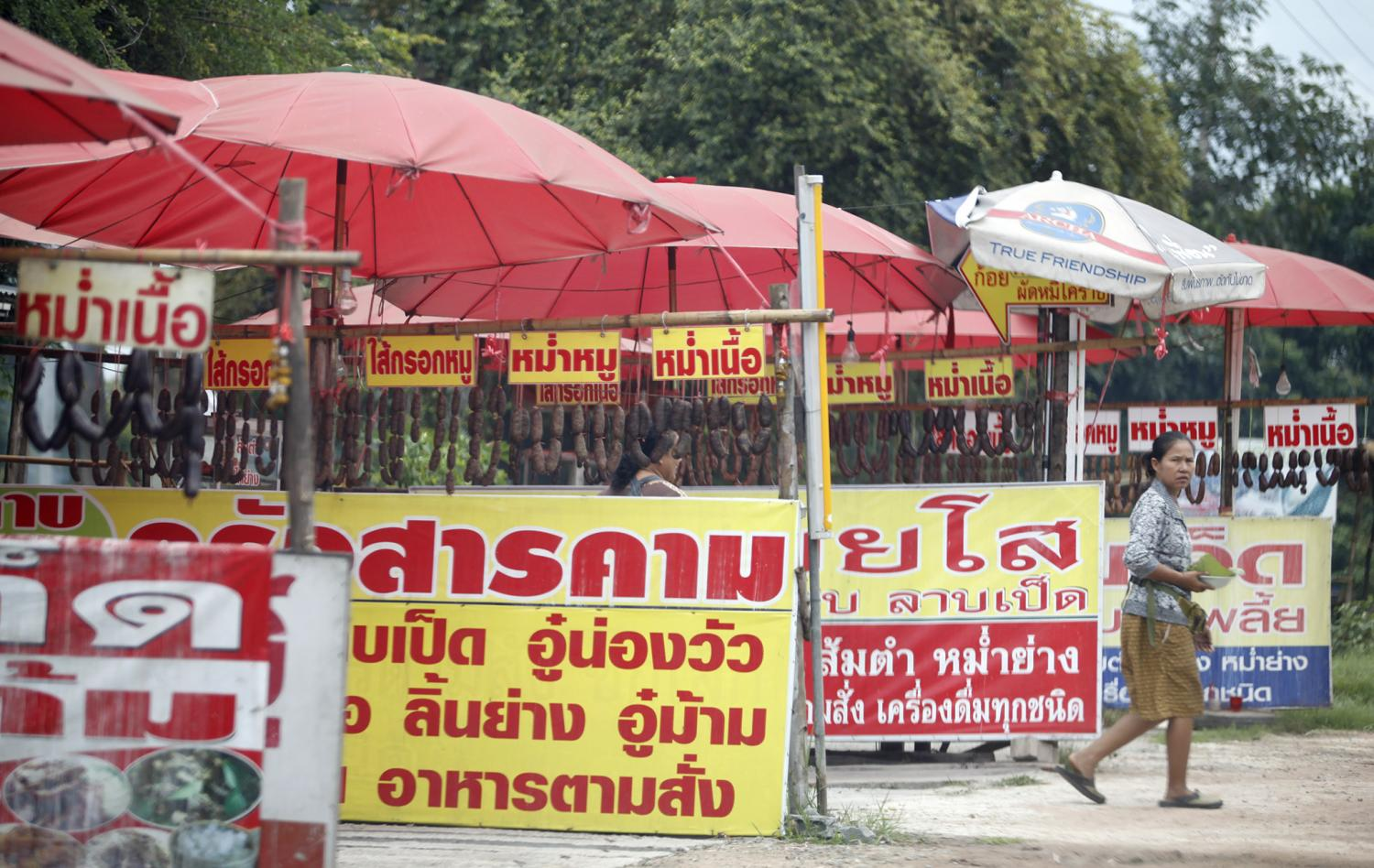 Stalls selling northeastern sausages and other delicacies are seen along the Mittraphap Highway in Nakhon Ratchasima.(Photo by Thanarak Khoonton)