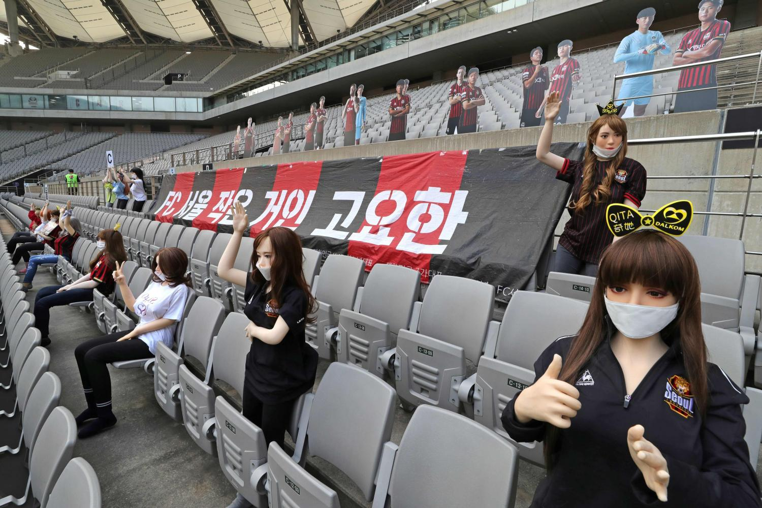 Mannequins in the stands at FC Seoul's stadium last Sunday. (AFP photo)