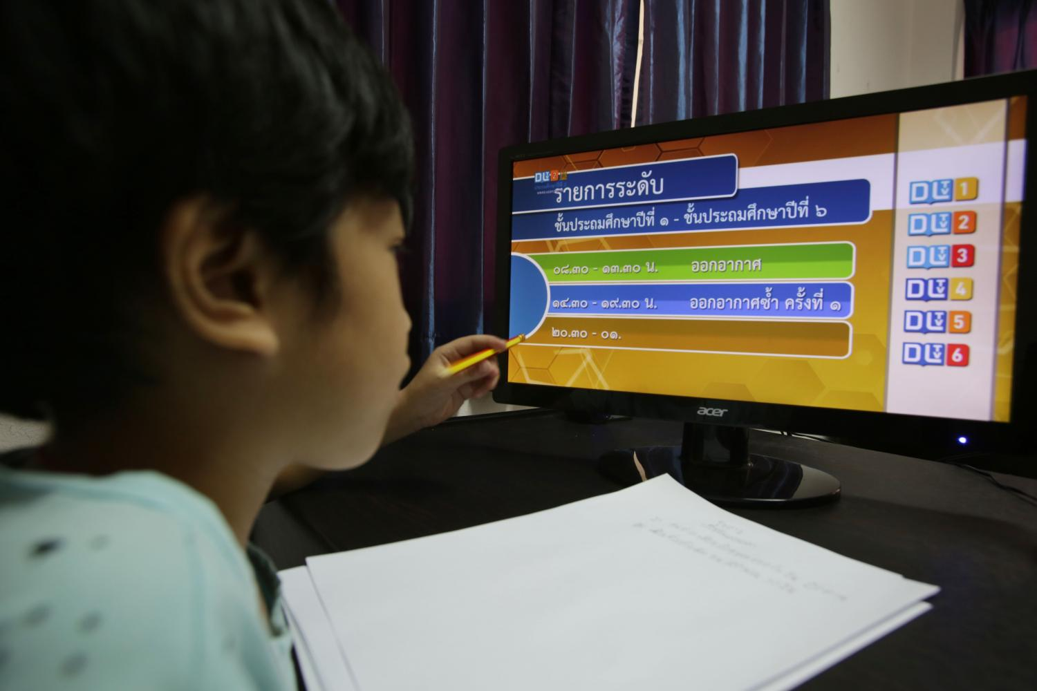 A young student takes part in an online learning trial which kicked off on May 18. The system is riddled with shortcomings, exposing the wide disparity between rich and poor kids.(Photo by Apichit Jinakul)