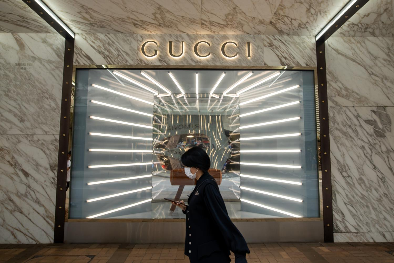Top luxury brands are turning to China as consumers in that country recover their appetite for top-end handbags and watches faster than Americans and Europeans.bloomberg
