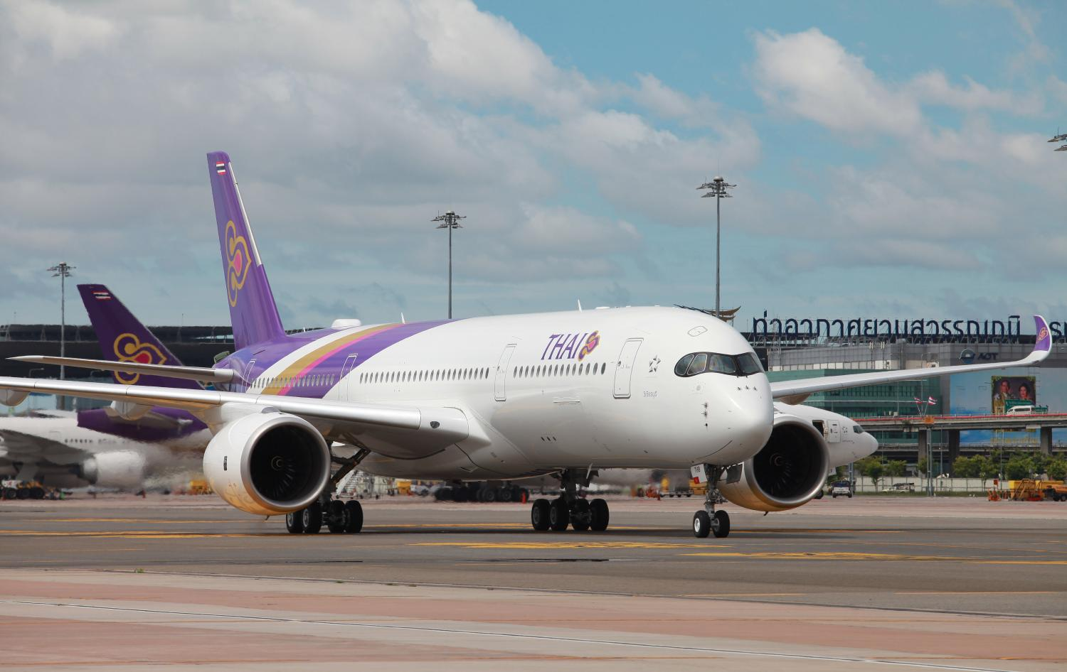 A Thai Airways jet on the tarmac at Suvarnabhumi airport. The company's ratings downgrade will only affect future efforts to incur new debt for financing.(Photo by Somchai Poomlard)