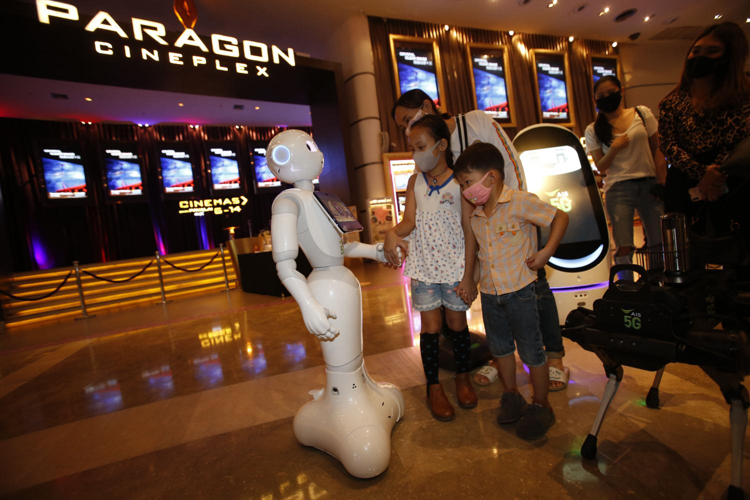 Robots greet movie-goers at Paragon Cineplex, which resumed services on Monday. The robot lures customers by showing movie trailers.(Photo by Pornprom Satrabhaya)