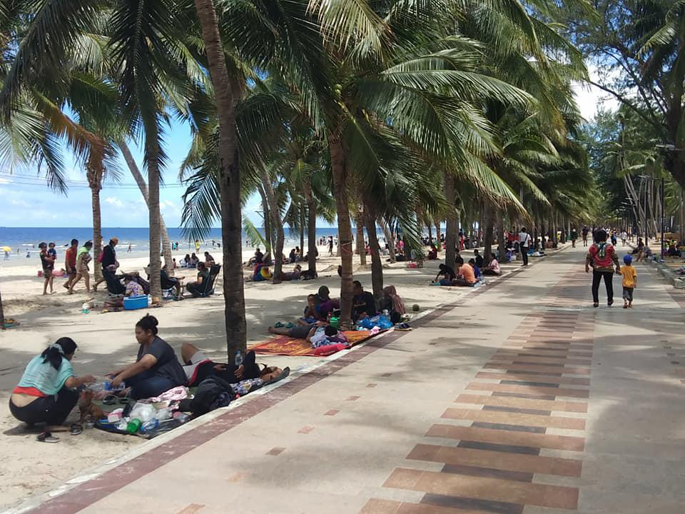 People grab their favourite spots on Bang Saen beach in Chon Buri as they enjoy the public holiday yesterday to mark Her Majesty the Queen's birthday. (Photo from Teeneechonburi Facebook Page)