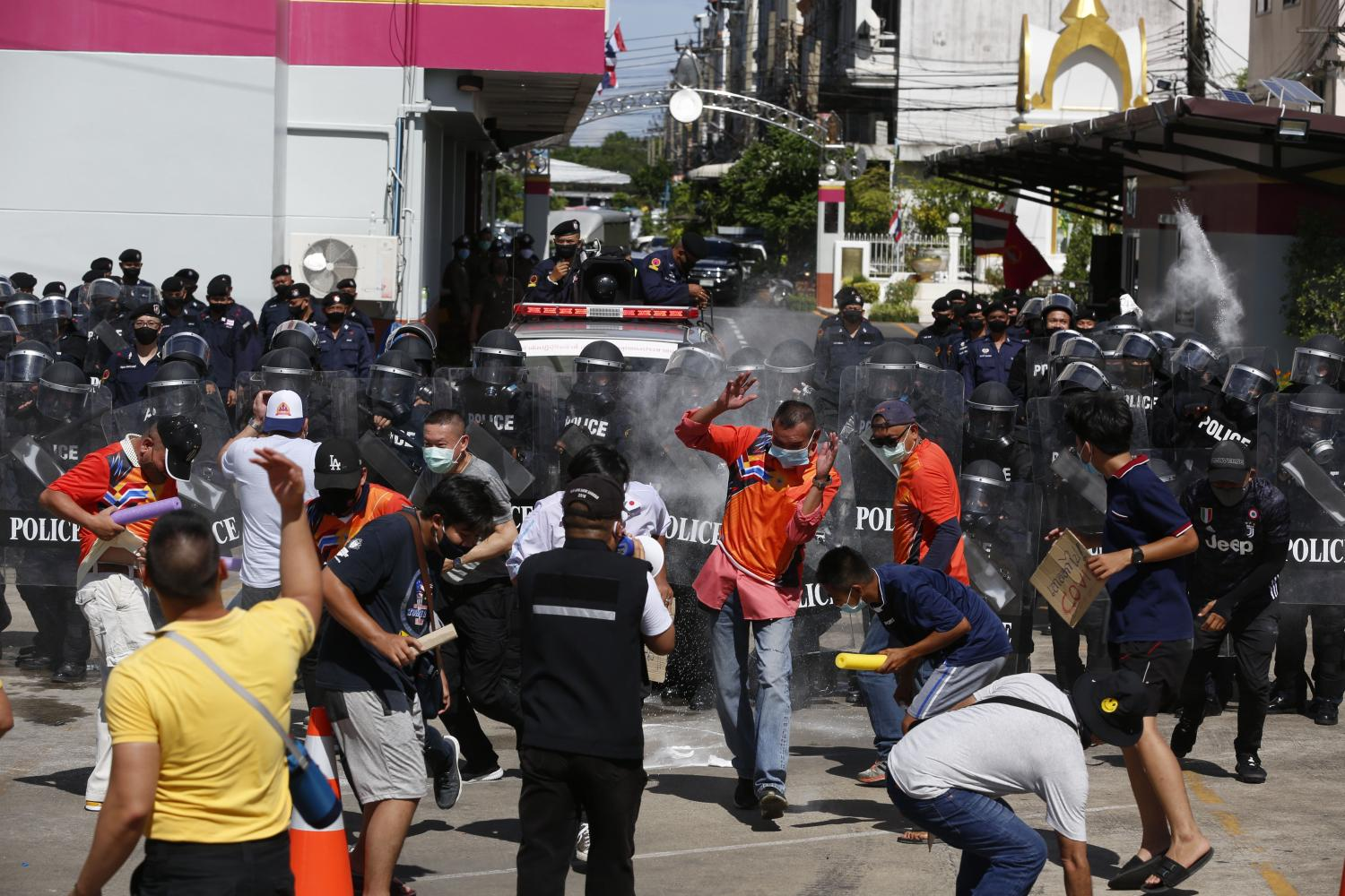 Metropolitan Police Division 8 conduct a crowd control drill at its headquarters in Bangkok's Chom Thong district on Wednesday. The exercise was carried out amid the easing of lockdown and Covid-19 restrictions that may soon open the way for public gatherings and protests.(Photo by Pornprom Satrabhaya)