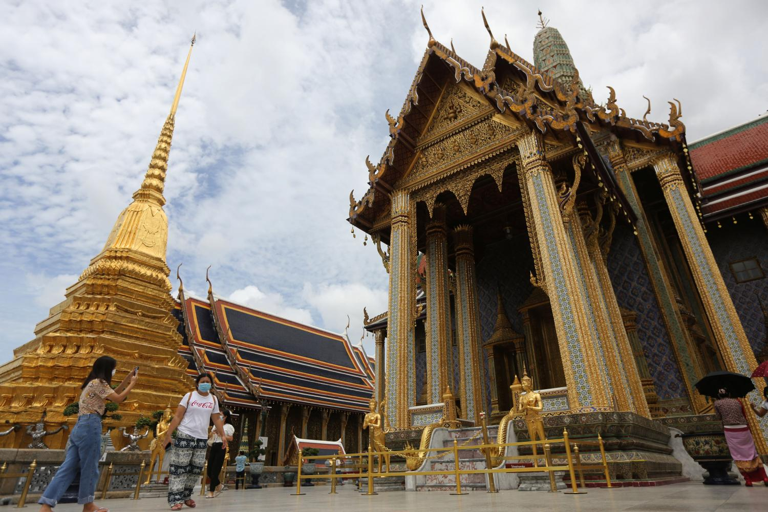 The Temple of Emerald Buddha, which is usually packed with Chinese group tours, has few visitors nowadays. Chinese visitors could return during the Golden Week holiday in October, albeit not in tour groups. (Photo: Wichan Charoenkiatpakul)