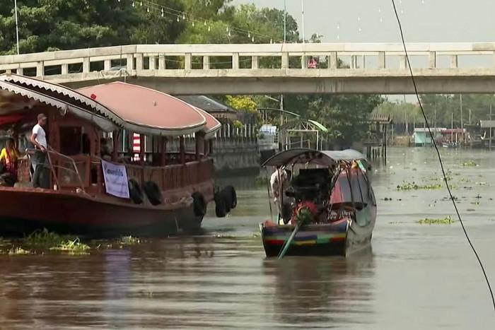Locals unite to oppose bridge over historic canal