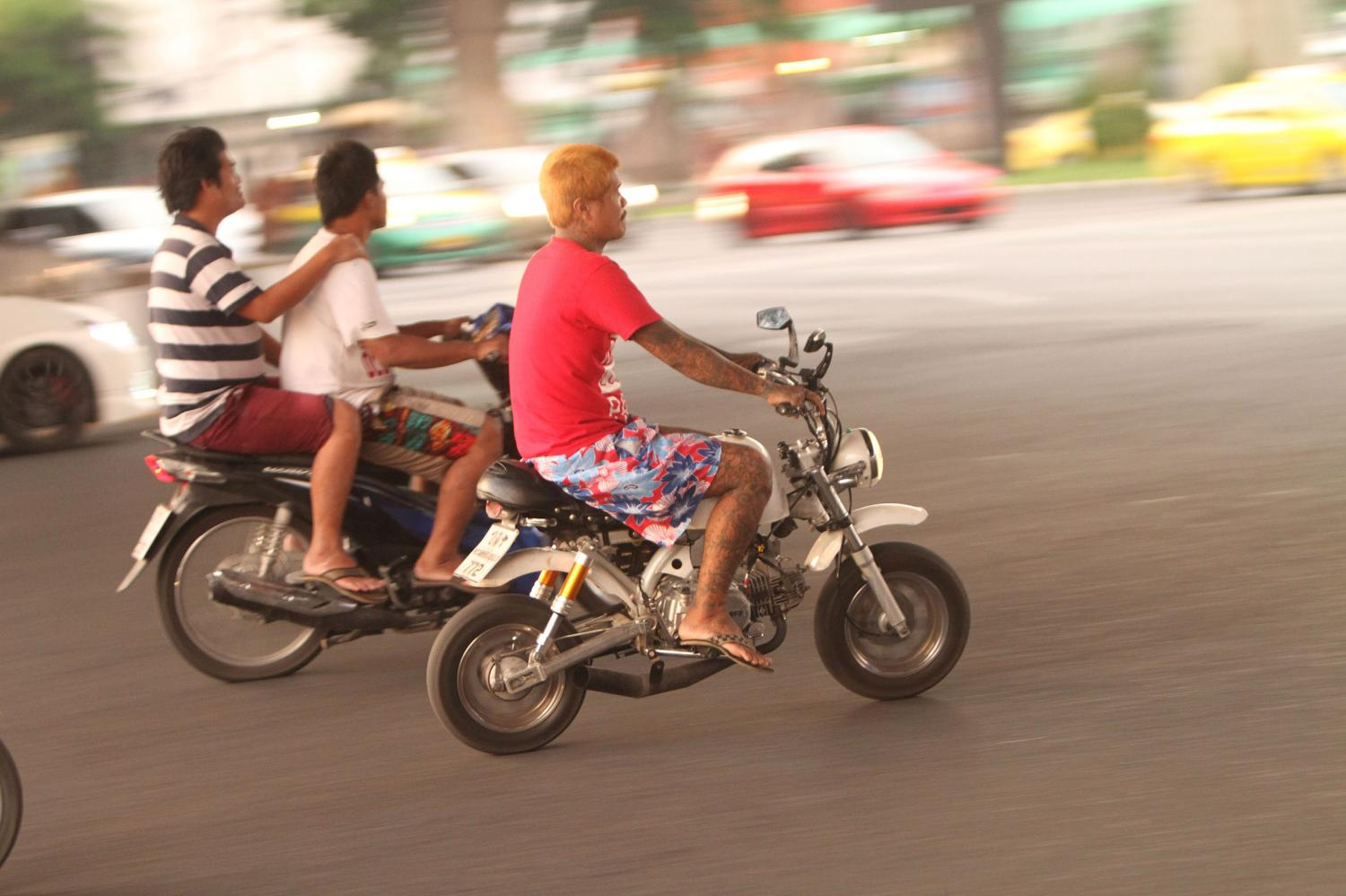 Young motorcycle street racers on Bangkok's main roads. Police are warning they will take legal action against them for causing a public nuisance.(Bangkok file photo)