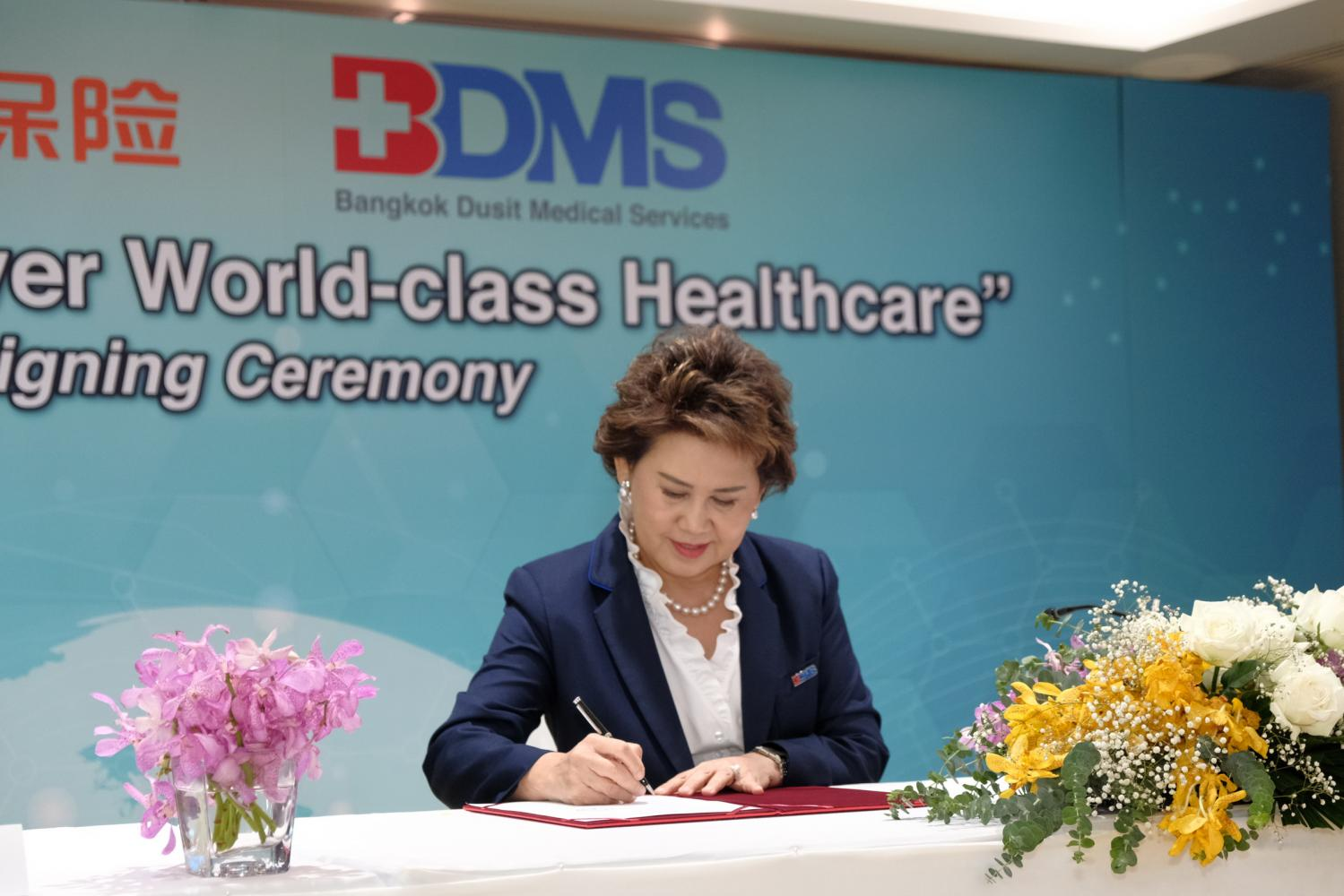 Mrs Narumol signs the partnership with Ping An Health Insurance group at the virtual conference.