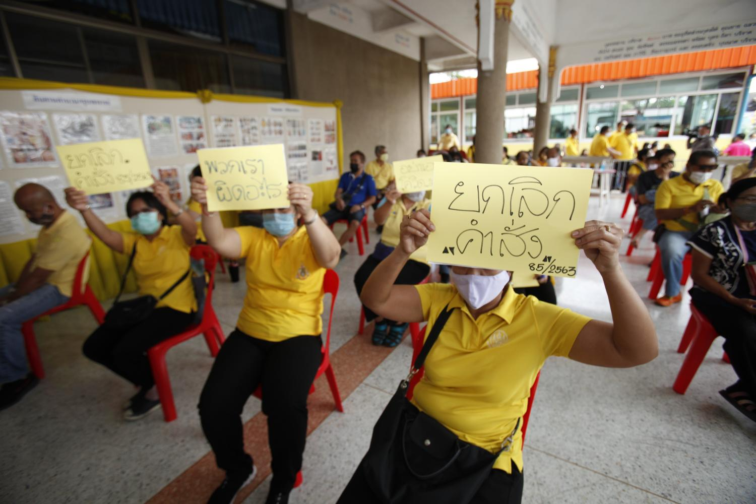Suksapan staff hold placards demanding that management's lay-off scheme be scrapped. Nutthawat Wicheanbut