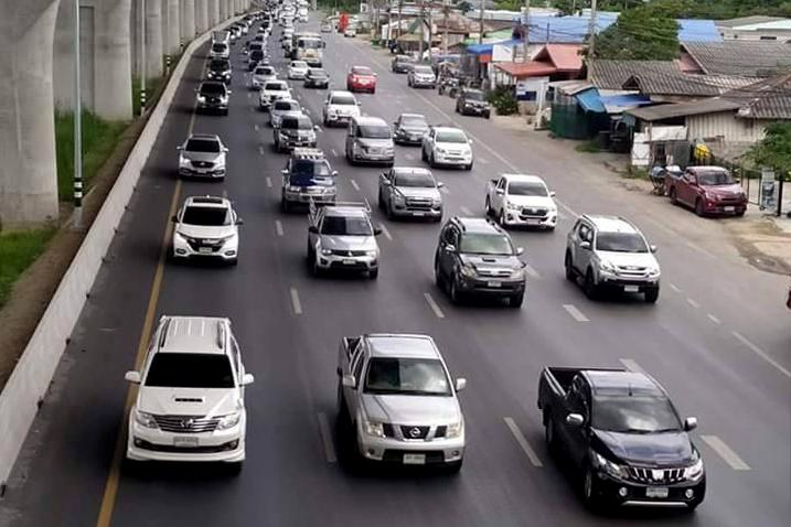 Mitraphap Highway from Nakhon Ratchasima to other northeastern provinces is jam-packed with traffic yesterday as people leave Bangkok to spend the four-day long holiday with their families.