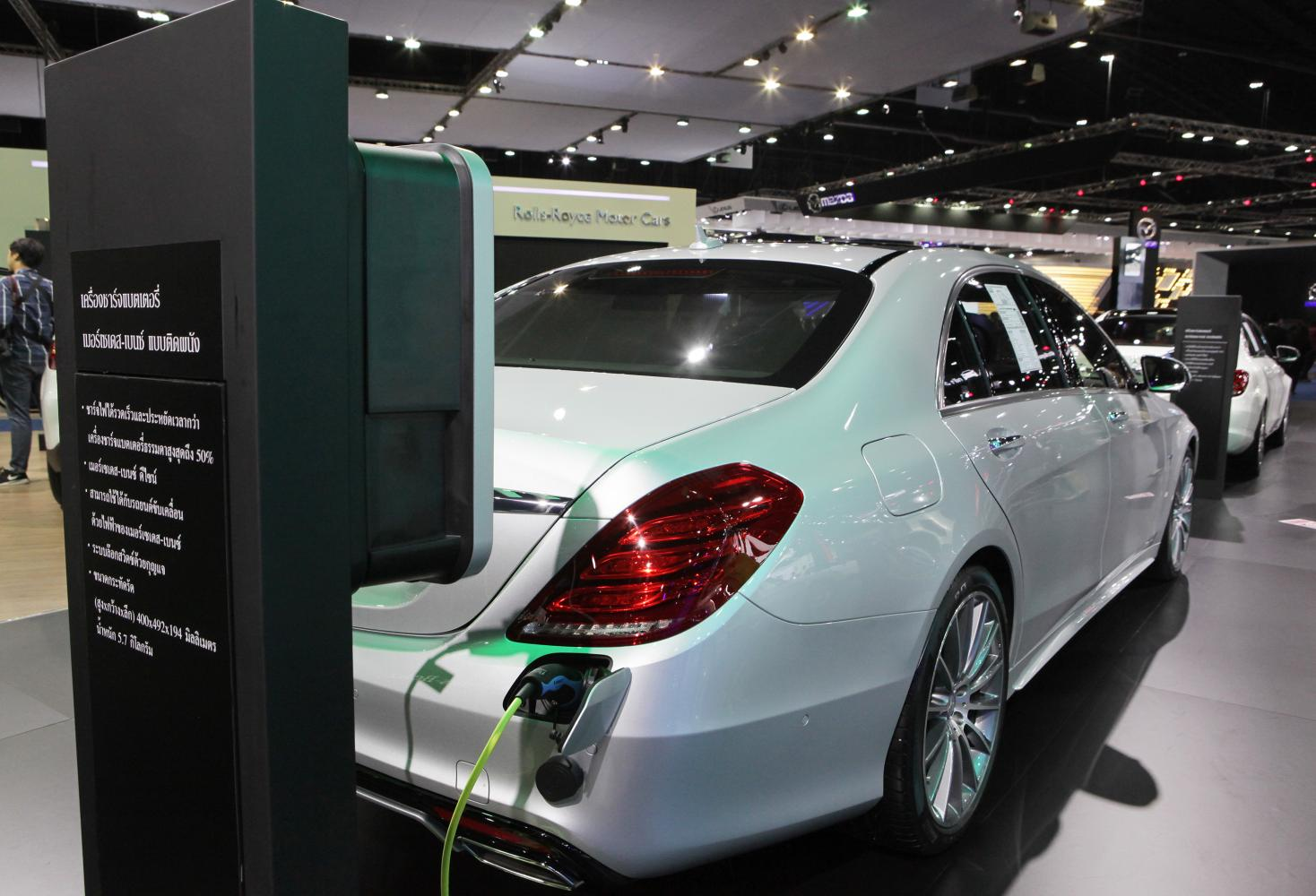 A Mercedes-Benz S500e plug-in hybrid on display at the Bangkok International Motor Show in 2017. (Photo by Tawatchai Kemgumnerd)