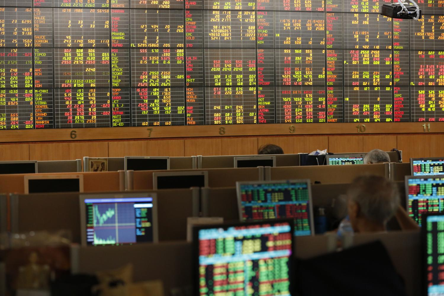 Investors monitor share price movements at Asia Plus Securities' headquarters on Sathon Road. (Photo by Pornprom Satrabhaya)