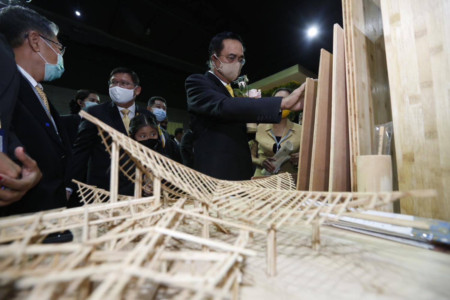 Prime Minister Prayut Chan-o-cha looks at exhibitions at a forum on bio, circular and green economies in Nonthaburi on Wednesday. (Photo by Pattarapong Chatpattarasill)
