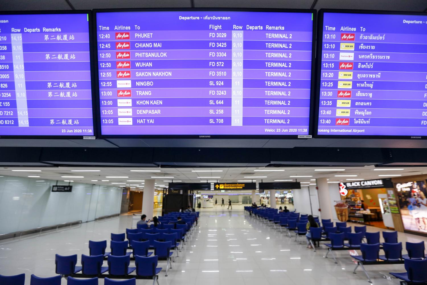 Screens display domestic flight information at Don Mueang airport. Domestic tourism contributed 1.08 trillion baht to Thailand's tourism revenue in 2019.  PATTARAPONG CHATPATTARASILL
