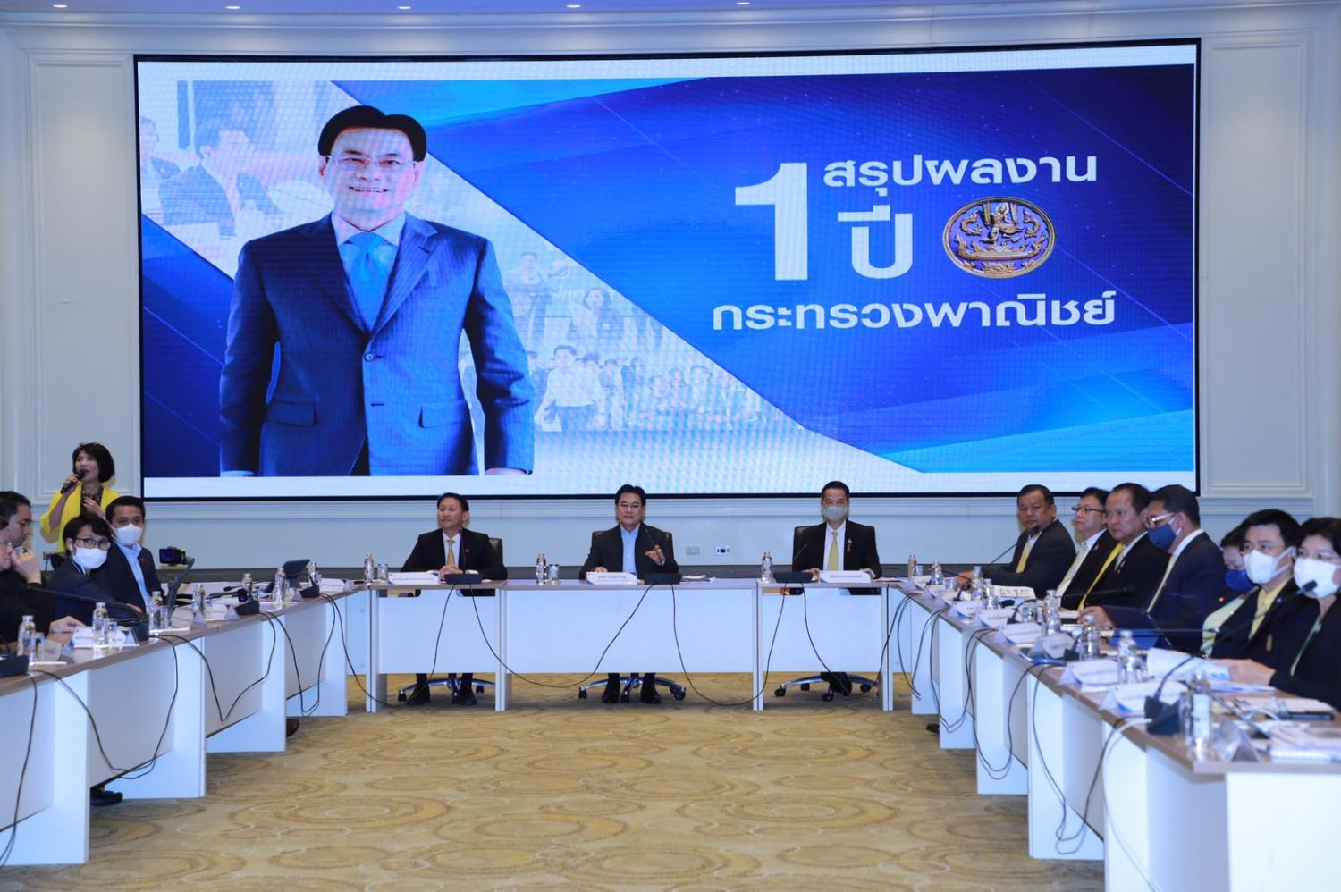 Commerce Minister Jurin Laksanawisit (centre) presents a round-up of the ministry's performance on 16 projects during the past year.
