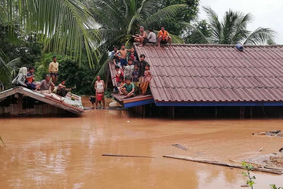 A photo from a Facebook user shows villagers waiting to be rescued as water rises following the Xe-Pian Xe-Namnoy dam collapse in Laos. (Photo: OneHeart.la)