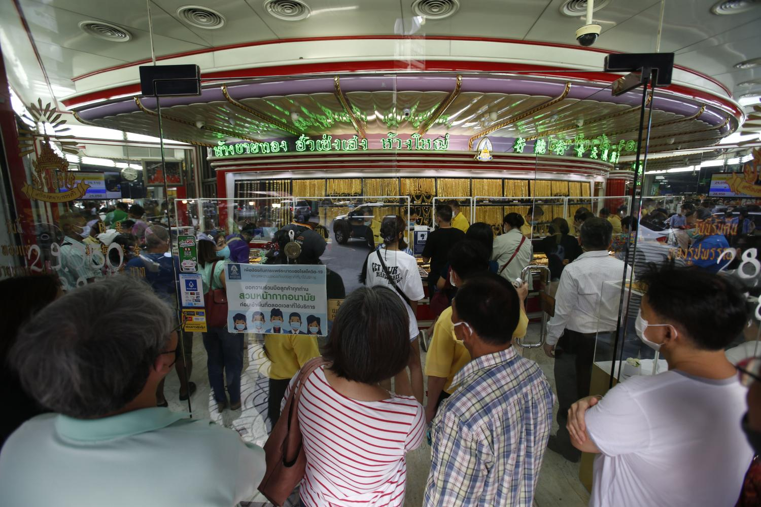 People queue in front of Hua Seng Heng gold shop in Yaowarat on Wednesday as gold prices rose. (Photo by Pornprom Satrabhaya)