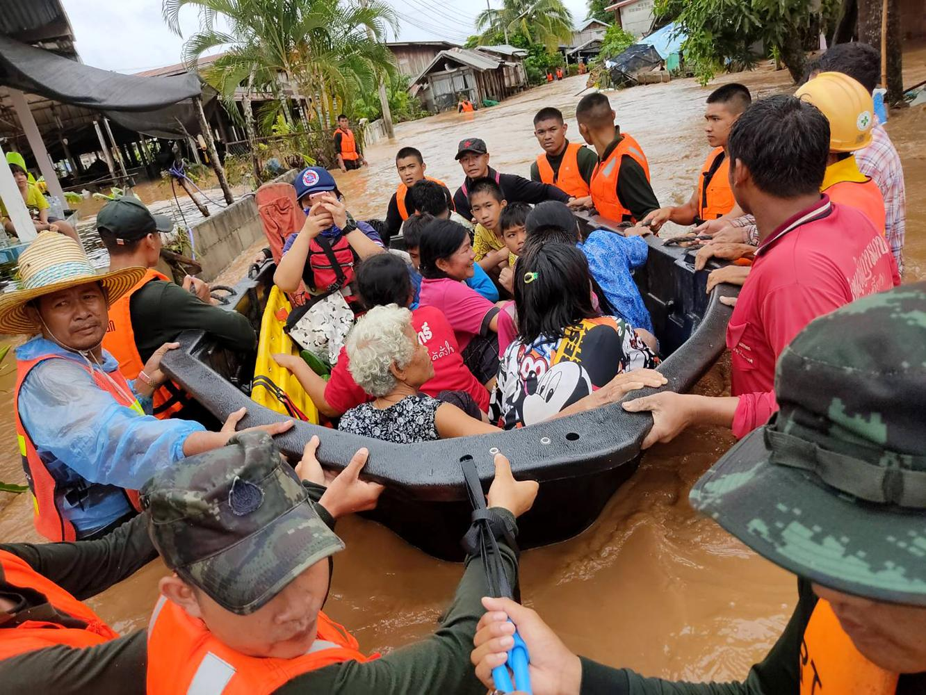 Soldiers evacuate villagers in Muang district of Loei province after run-off water caused by heavy rain engulfed over 1,000 houses in districts including Muang, Chiang Khan, Pak Chom and Na Duang. (Royal Thai Army photo)