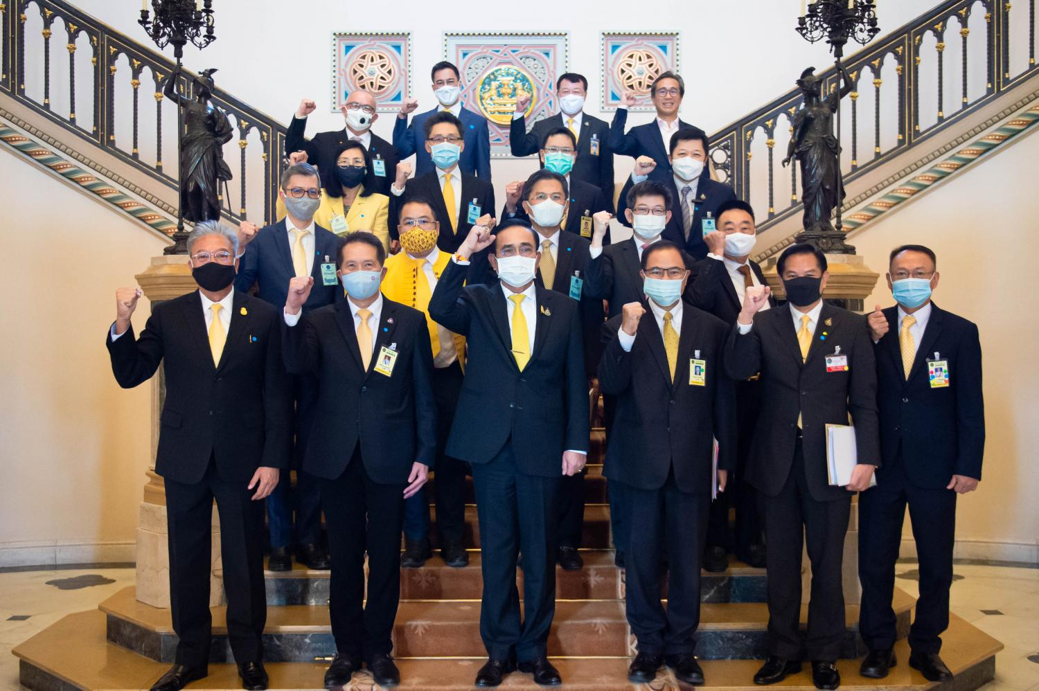 Gen Prayut (front row, third left) with representatives of the private sector after a meeting on economic recovery from the pandemic. (Government House photo)