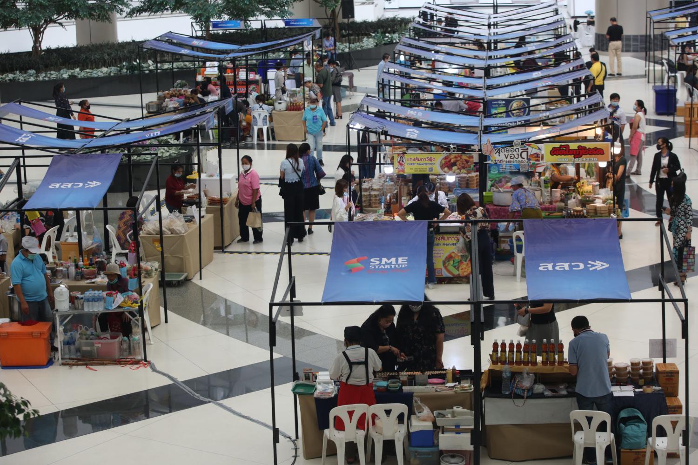 Stalls inside the SME Market Fair at the Government Complex on Chaeng Watthana Road yesterday.Arnun Chonmahatrakool
