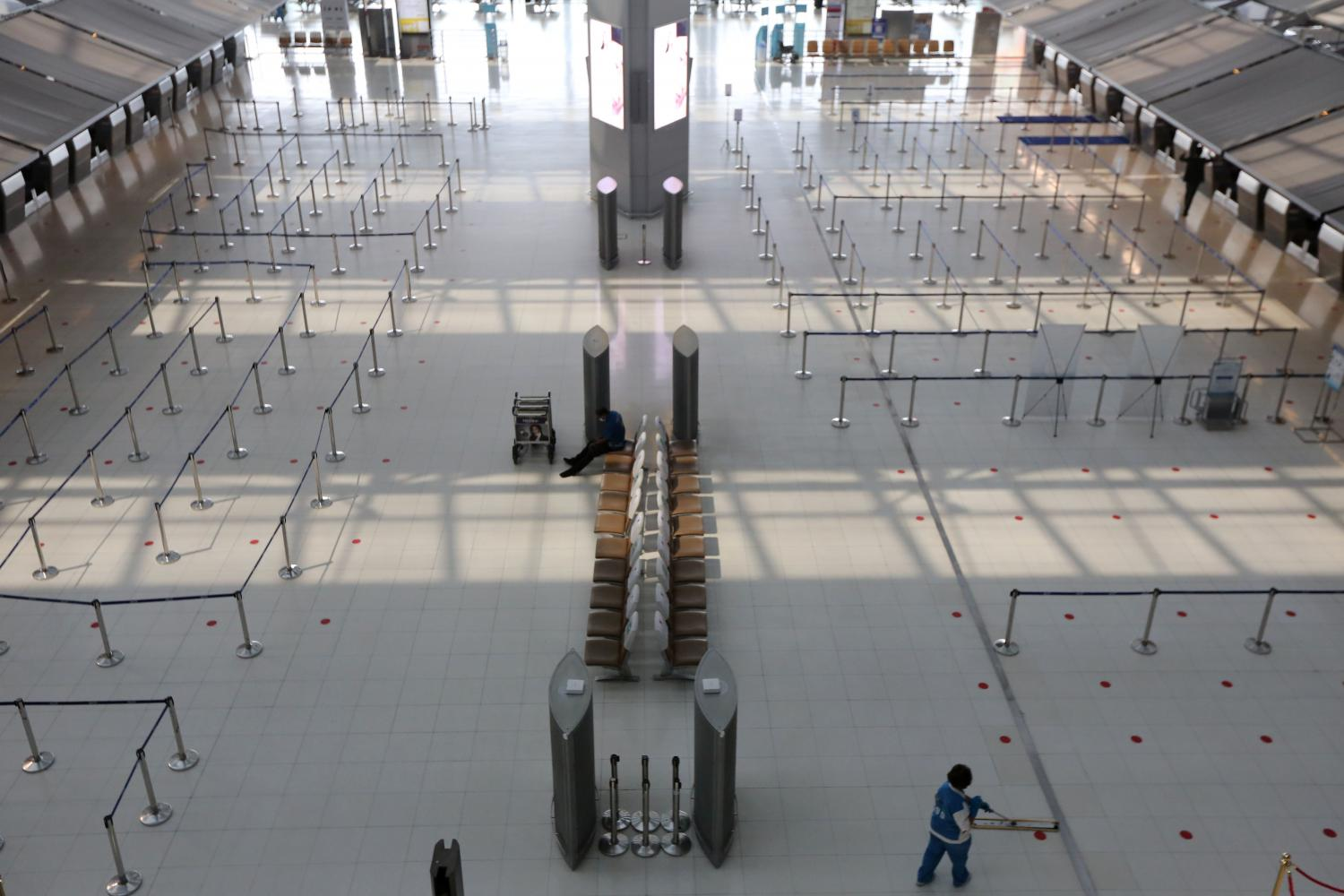 A nearly empty passenger terminal at Suvarnabhumi airport. Tour operators want civil aviation officials to lift restrictions on international flights in the fourth quarter. (Photo by Wichan Charoenkiatpakul)