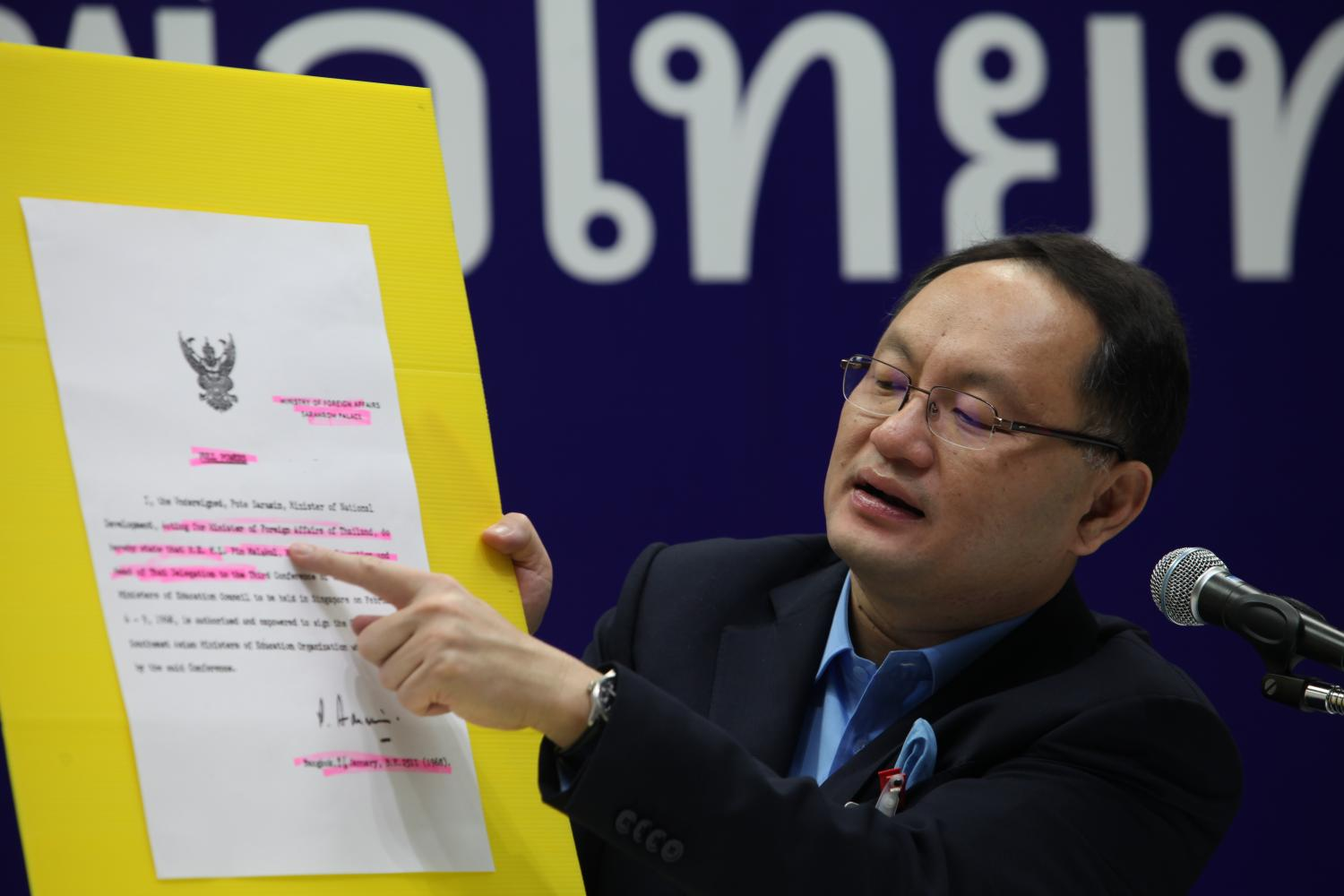 Pheu Thai MP Yuttapong Charasathien, deputy chairman of a parliamentary subcommittee which has been scrutinising the budget, outlines his stance against the purchase of the two submarines.(Photo by Apichart Jinakul)
