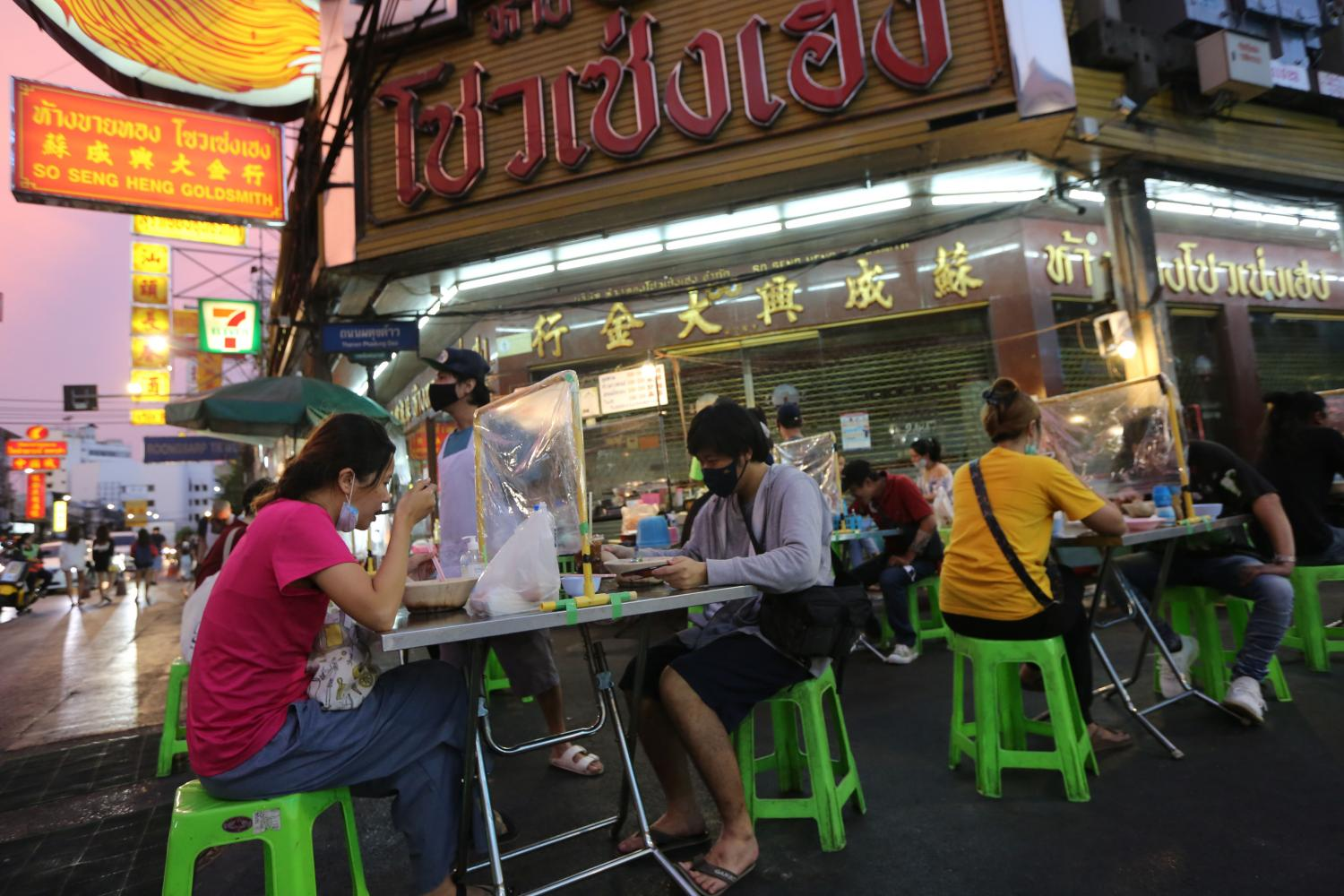 Local street food vendors, such as those on Yaowarat Road, are a priority for the latest cash handout scheme. (Photo by Wichan Charoenkiatpakul)