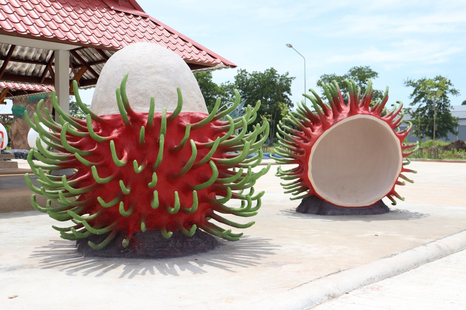 Replicas of famous products and souvenirs of Surat Thani are on display at the newly-opened 'Surat Gateway', a vehicle rest area by the roadside on Highway 41. The sculptures include rambutans, famous in Ban Na San district; oysters and cockles, famous in Kanchanadit district; and salted eggs of Chaiya district. (Photos by Department of Highways)