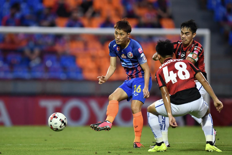 Port captain Siwakorn Jakkuprasat, left, in action against Police Tero during a Thai League 1 match at PAT Stadium on Sunday.