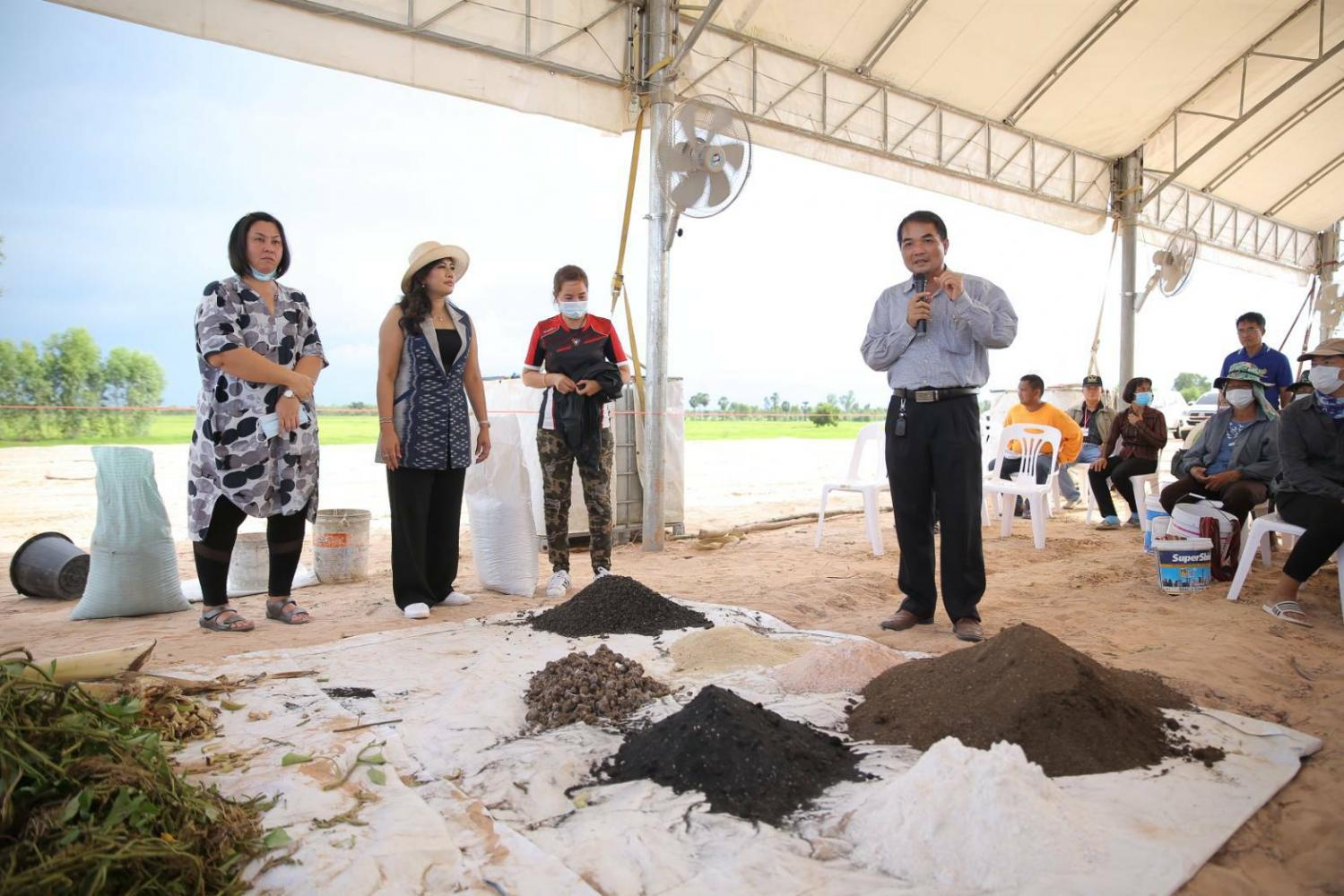 Ms Kornchawan, second from right, and Yongyut Srinuan, head of export and product development for Roi Et Provincial Agriculture Office, give a demonstration.