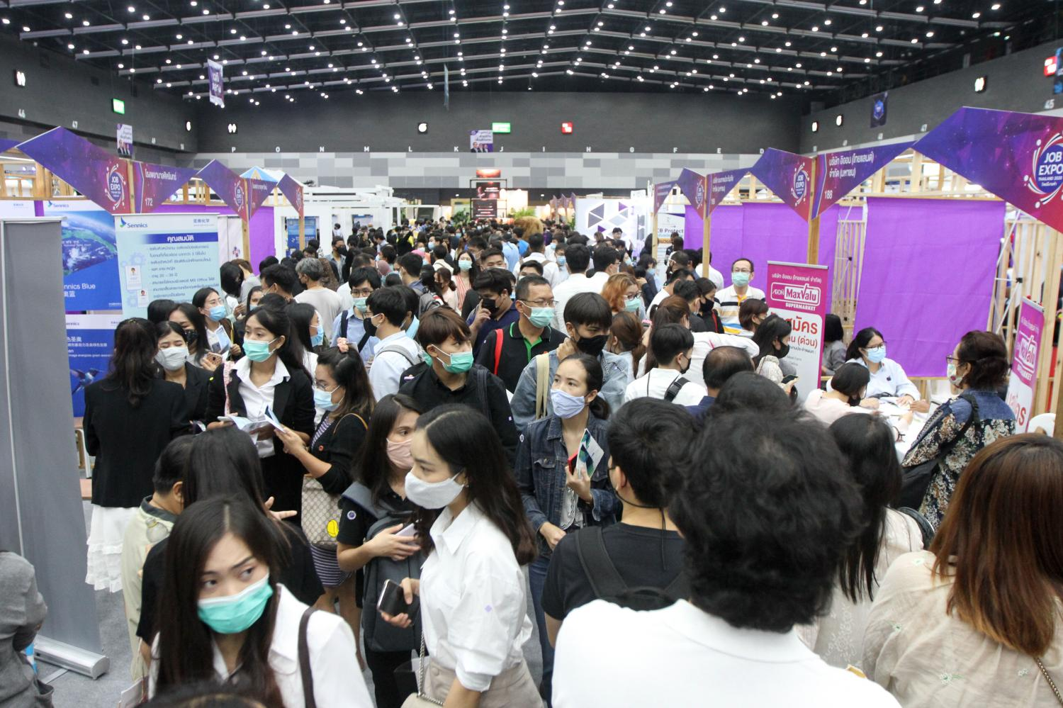 jCareer seekers flock to the Job Expo Thailand 2020 at the Bangkok International Trade and Exhibition Centre in Bang Na district to find a million employment opportunities from many in the business sector. Many hope to get through hard times during the outbreak of Covid-19.