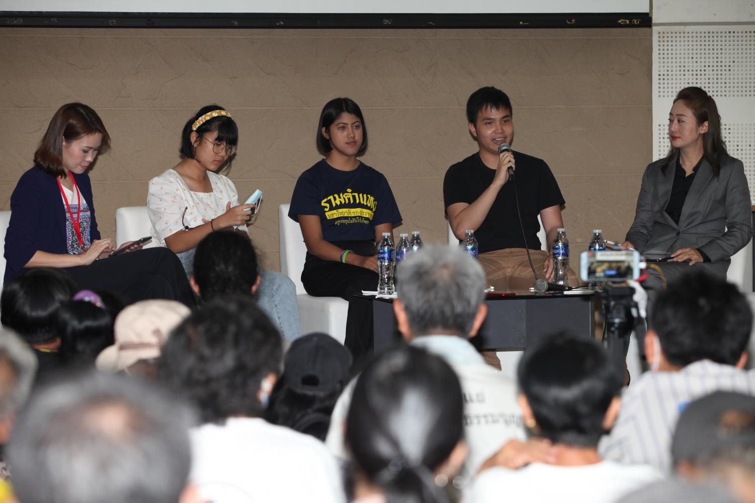 Discussing politics: FPG leader Tattep Ruangprapaikitseree, second from right, speaks to attendees at a forum titled 'Youths and Politics' at the October 14 Monument at the Khok Wua intersection on Ratchadamnoen Klang Avenue on Saturday.