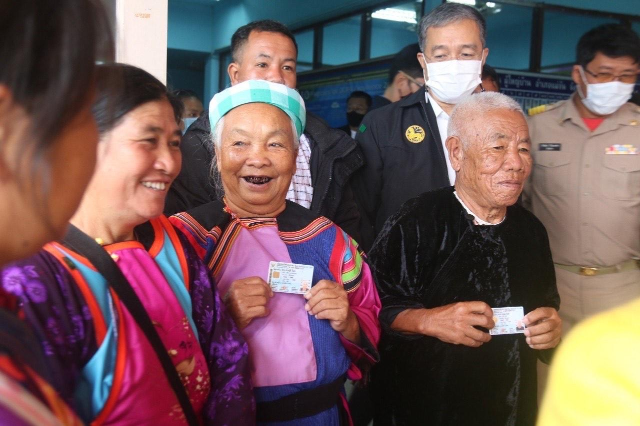 Ethnic Lisu villager Alae Ngua and his wife Awumi Ngua proudly show their ID cards after decades of applying for Thai citizenship. (Photo courtesy of the Hill Area and Community Development Foundation)