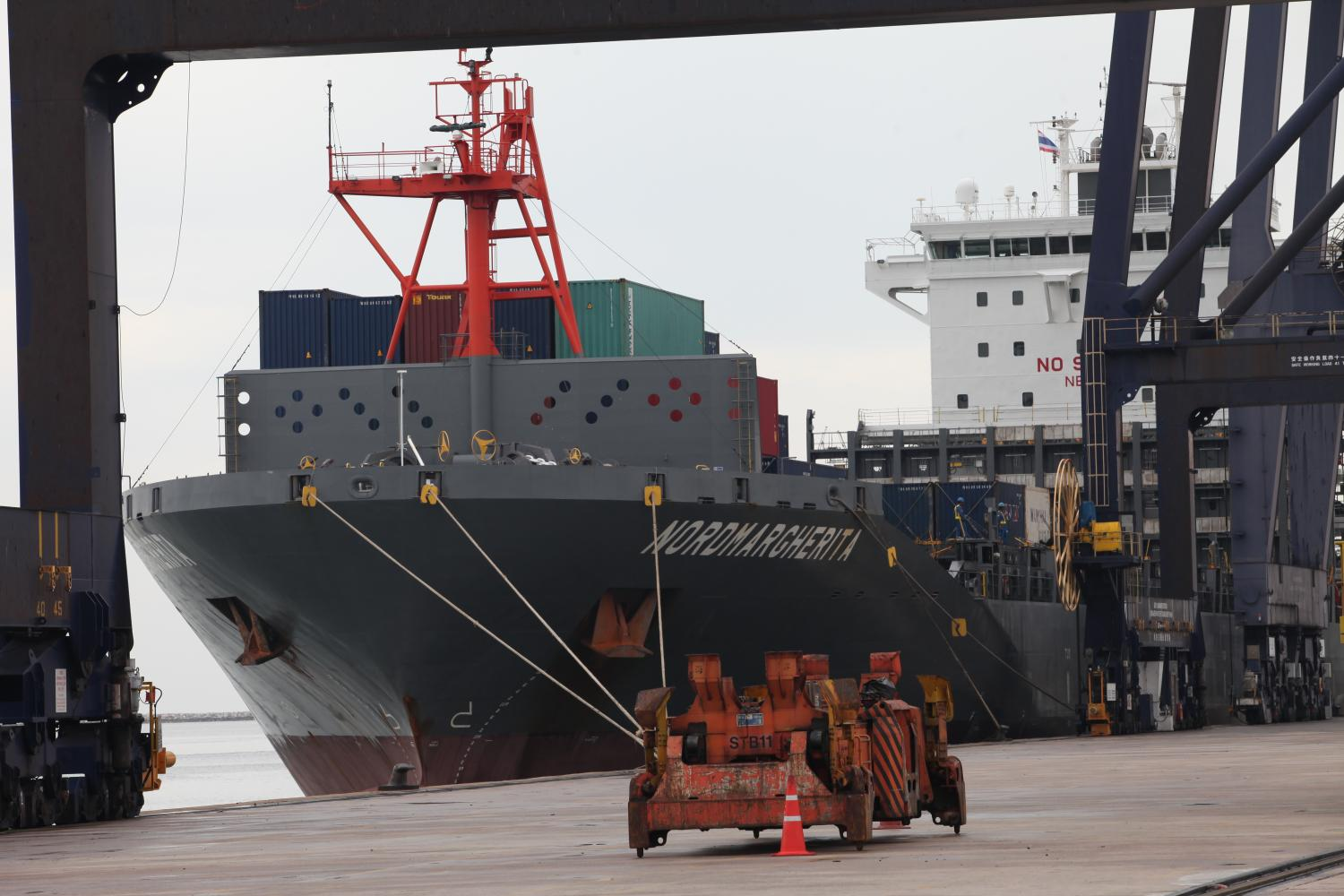 A cargo ship is docked at Laem Chabang port in Chon Buri. Two-way trade between Thailand and Efta is $8.39 billion this year.(Photo by Apichart Jinakul)