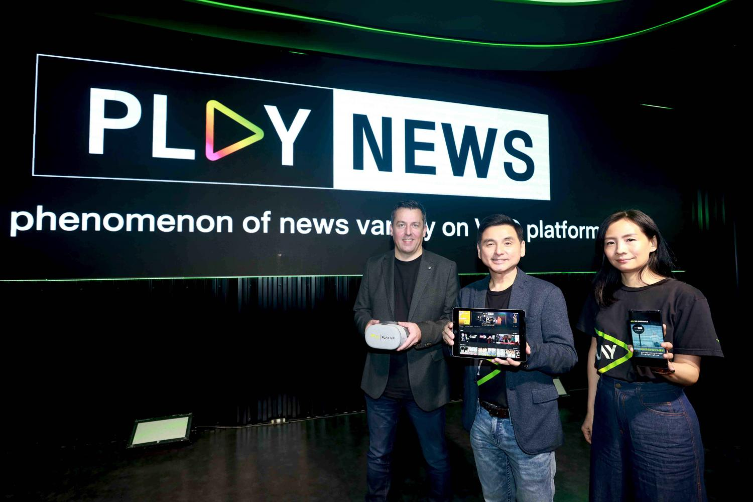 AIS chief executive Somchai Lertsutiwong (centre) at the debut of Play News, a digital platform promoting news content in bite-sized segments.