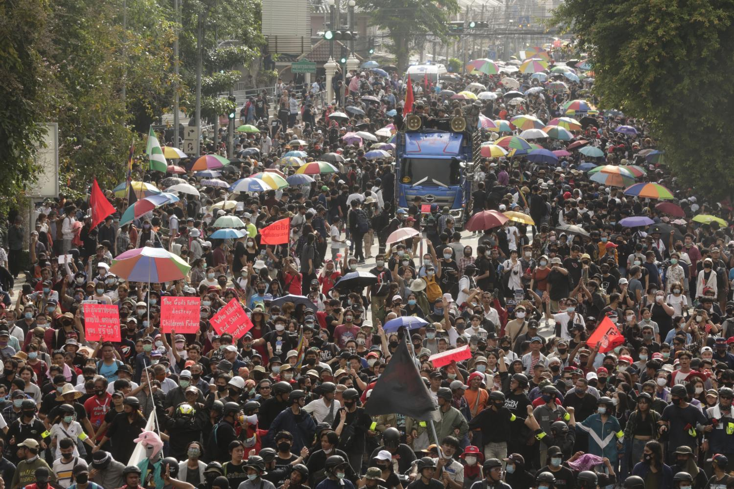 Anti-dictatorship demonstrators led by Khana Ratsadorn march from the Democracy Monument to Government House, during Wednesday's rally. (Photo by Pornprom Satrabhaya)