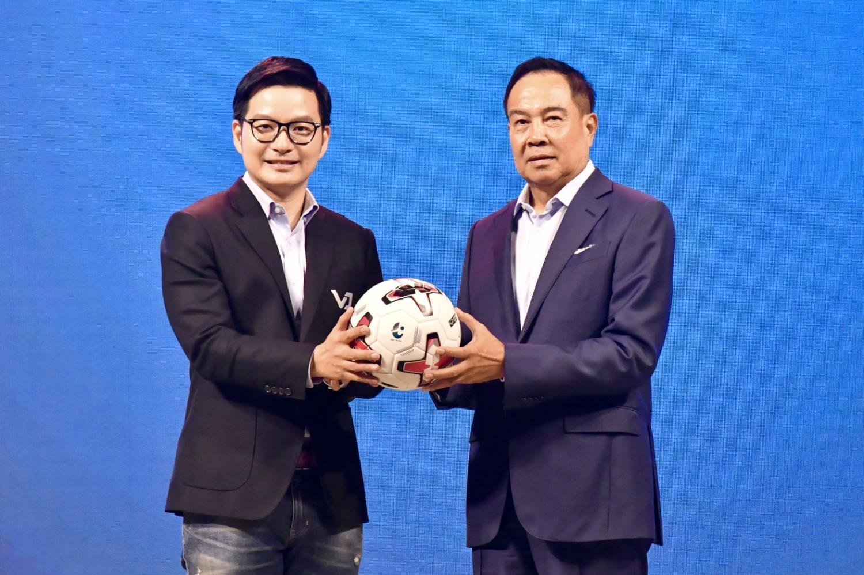 Zense CEO Varavuth Jentanakul, left, and FAT chief Somyot Poompunmuang.